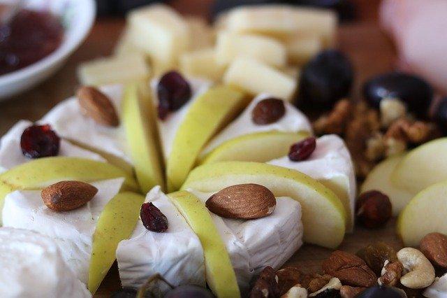 גבינות עם שקדים ותפוחים